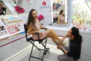 3 Ivě Kubelkové aplikuje makep-up na nohy IMG 4514