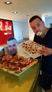 Michal Kavalčík přišel na chlebíčky