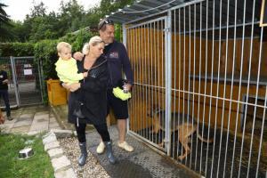 Mirek Etzler s manželkou a synem při prohlídce kotců  s pejsky 992A8039-...