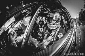 Nejrychlejší kuchař Filip Sajler v kokpitu závodního vozu