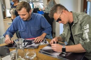 Tom Artway a KAzma podepisuji kalendarePAV 5689