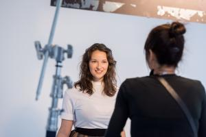 fotografka Alžbeta Jungrová dává pokyny PAV 9059